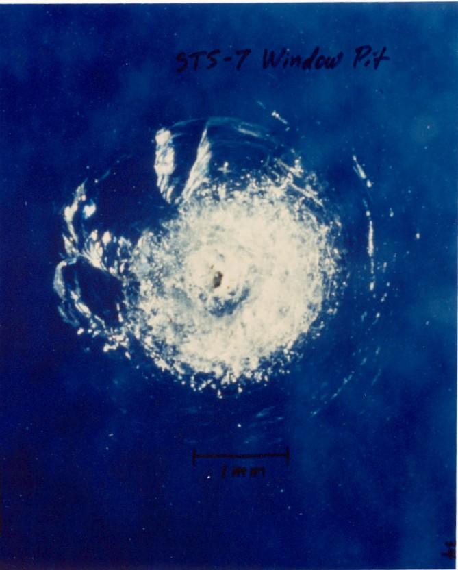 (b) ขยะอวกาศชนกับหน้าต่างของยาน Challenger
