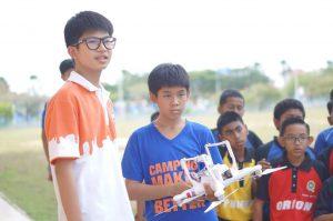 """""""เด็กไทย"""" หอวัง สอนเด็กมาเล บินโดรน"""